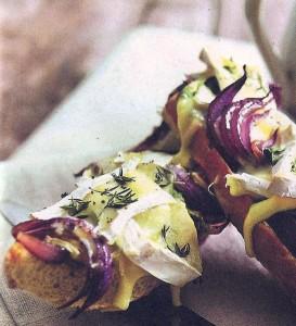 Тартинки с луком и сыром бри